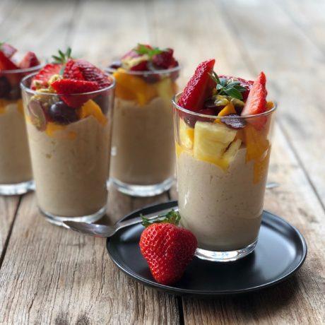 Vegane Superfood-Joghurtcreme mit Fruchtcocktail für den Powerkick