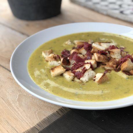 Gemüsesuppe mit Schinken und Croutons