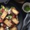 Gebratene Gnochhi mit Salat und gebackenen Tomaten