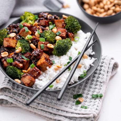 Sticky Tofu mit Süß-Sauer-Soße und Sesam
